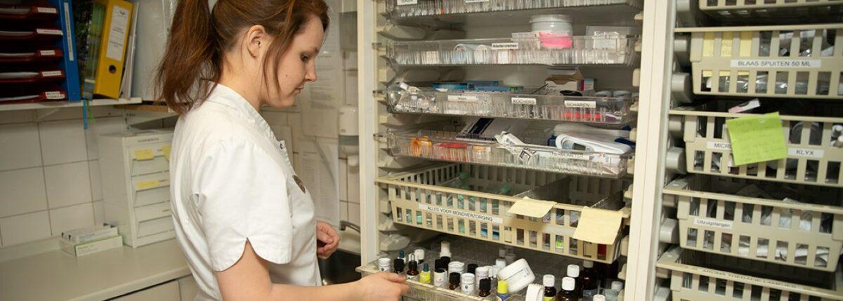 Medewerker aan het werk in de medicijnkamer